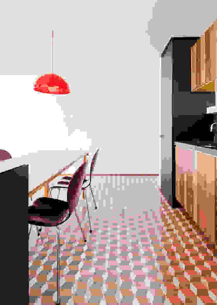 Modern kitchen by Zemel+ ARQUITETOS Modern