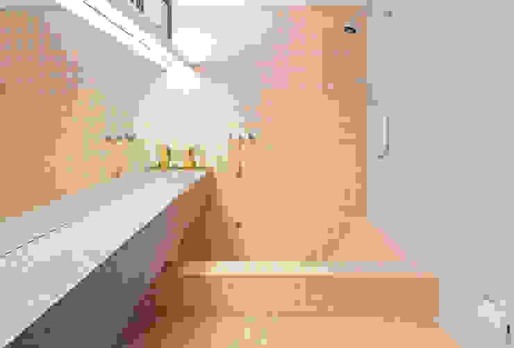 Phòng tắm phong cách hiện đại bởi Zemel+ ARQUITETOS Hiện đại