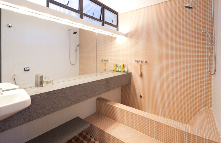 Baños modernos de Zemel+ ARQUITETOS Moderno