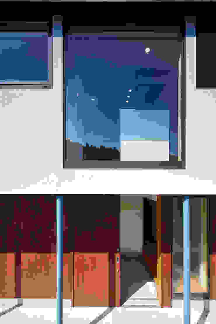 外観ー玄関廻り: 川良昌宏建築設計事務所 Kawara Masahiro Architect Officeが手掛けた現代のです。,モダン