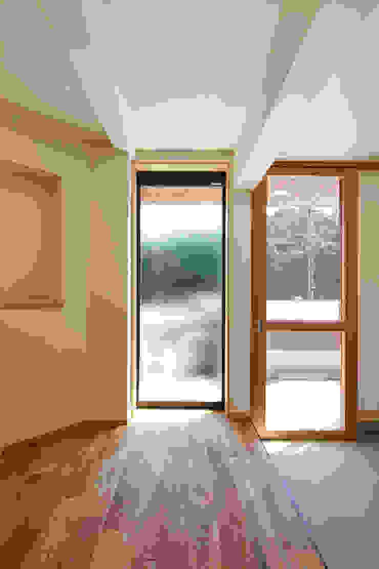 内部ー玄関: 川良昌宏建築設計事務所 Kawara Masahiro Architect Officeが手掛けた現代のです。,モダン