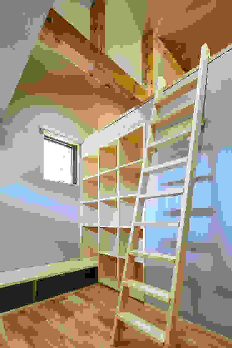 個室: 川良昌宏建築設計事務所 Kawara Masahiro Architect Officeが手掛けた現代のです。,モダン