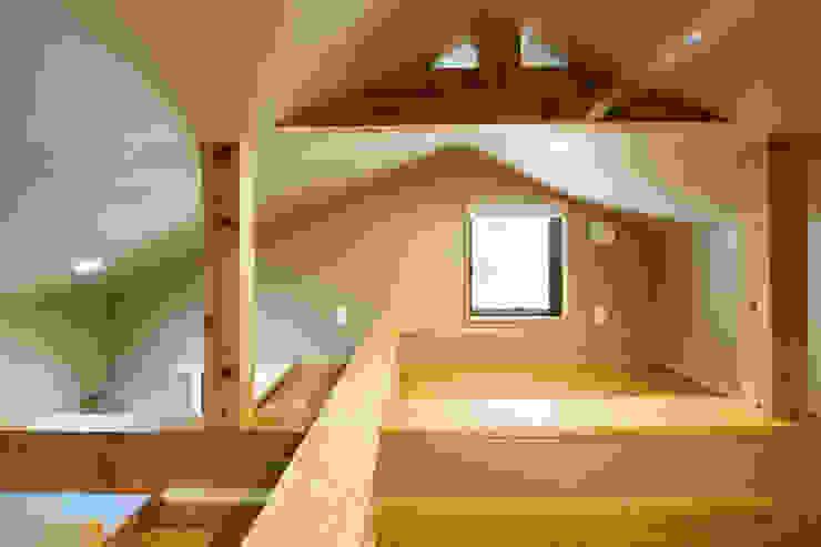 ロフト: 川良昌宏建築設計事務所 Kawara Masahiro Architect Officeが手掛けた現代のです。,モダン