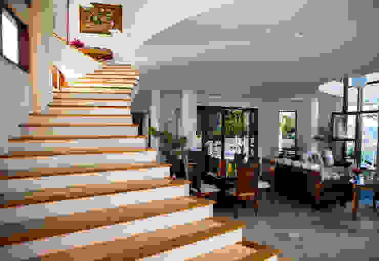 Modern corridor, hallway & stairs by Mascarenhas Arquitetos Associados Modern