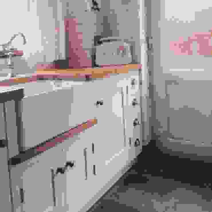 Little Cream Kitchen Cocinas clásicas de Hallwood Furniture Clásico
