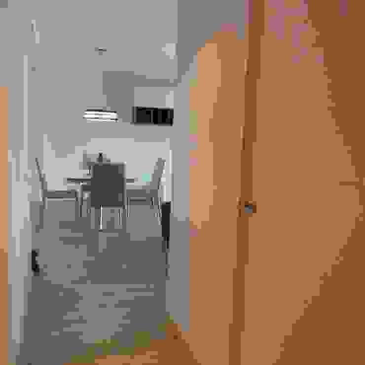 PASILLO P.L. RENOVA INTERIORS Pasillos, vestíbulos y escaleras de estilo moderno