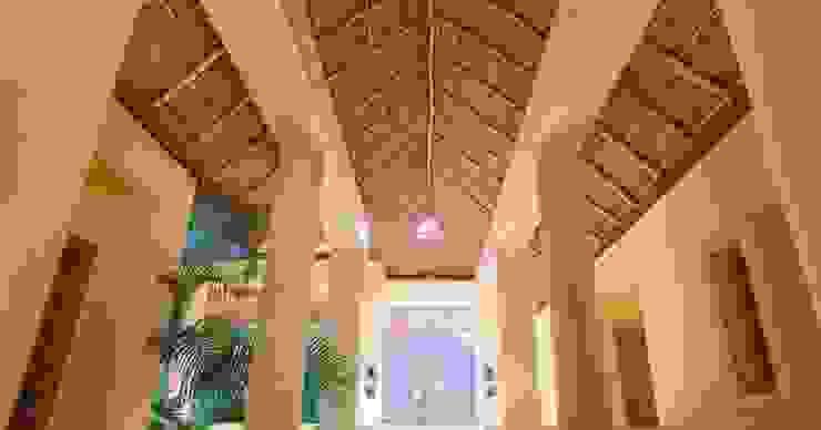 Casa Aramara: Pasillos y recibidores de estilo  por BR  ARQUITECTOS, Tropical