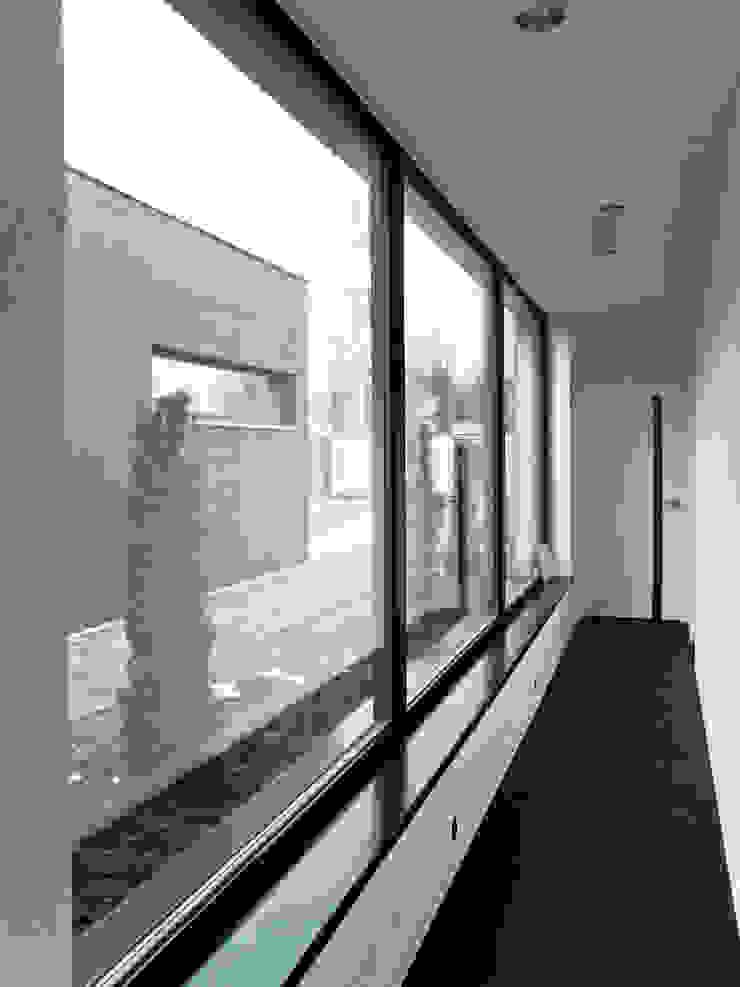 Third House from the Sun / wnętrza Minimalistyczne okna i drzwi od Le 2 Workshop Minimalistyczny