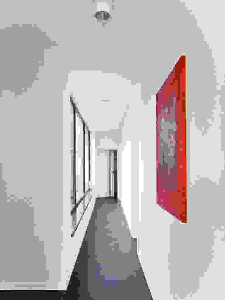 Third House from the Sun / wnętrza Minimalistyczny korytarz, przedpokój i schody od Le 2 Workshop Minimalistyczny