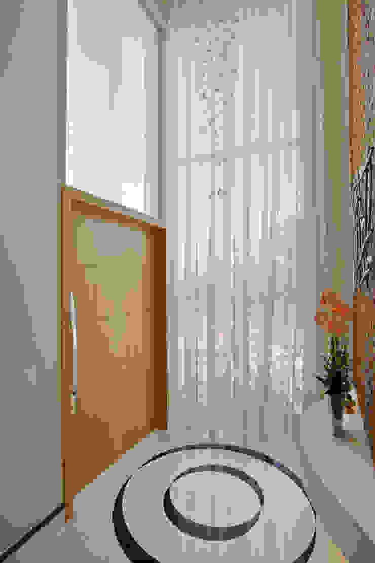 الممر الحديث، المدخل و الدرج من Designer de Interiores e Paisagista Iara Kílaris حداثي