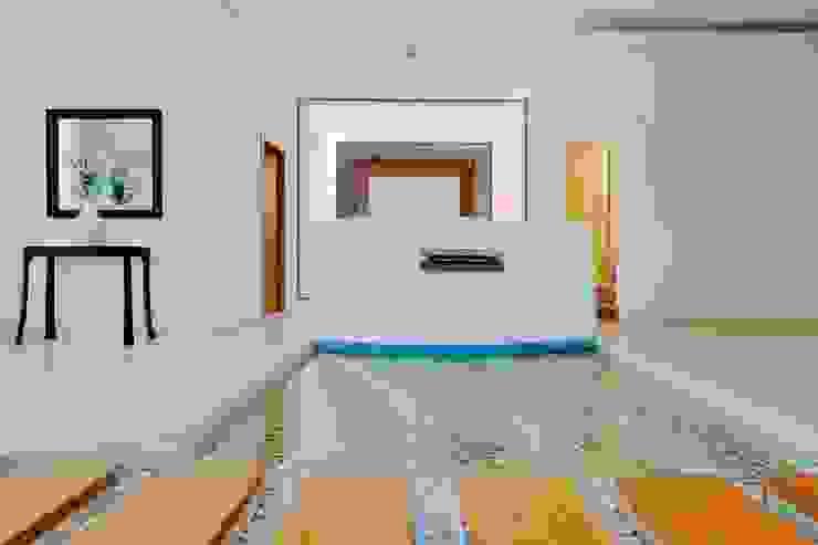 RESIDENCIA NUÑO: Pasillos y recibidores de estilo  por Excelencia en Diseño, Moderno
