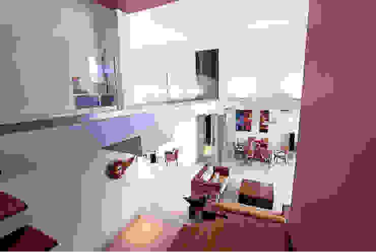 puente flotante Pasillos, vestíbulos y escaleras minimalistas de AMEC ARQUITECTURA Minimalista