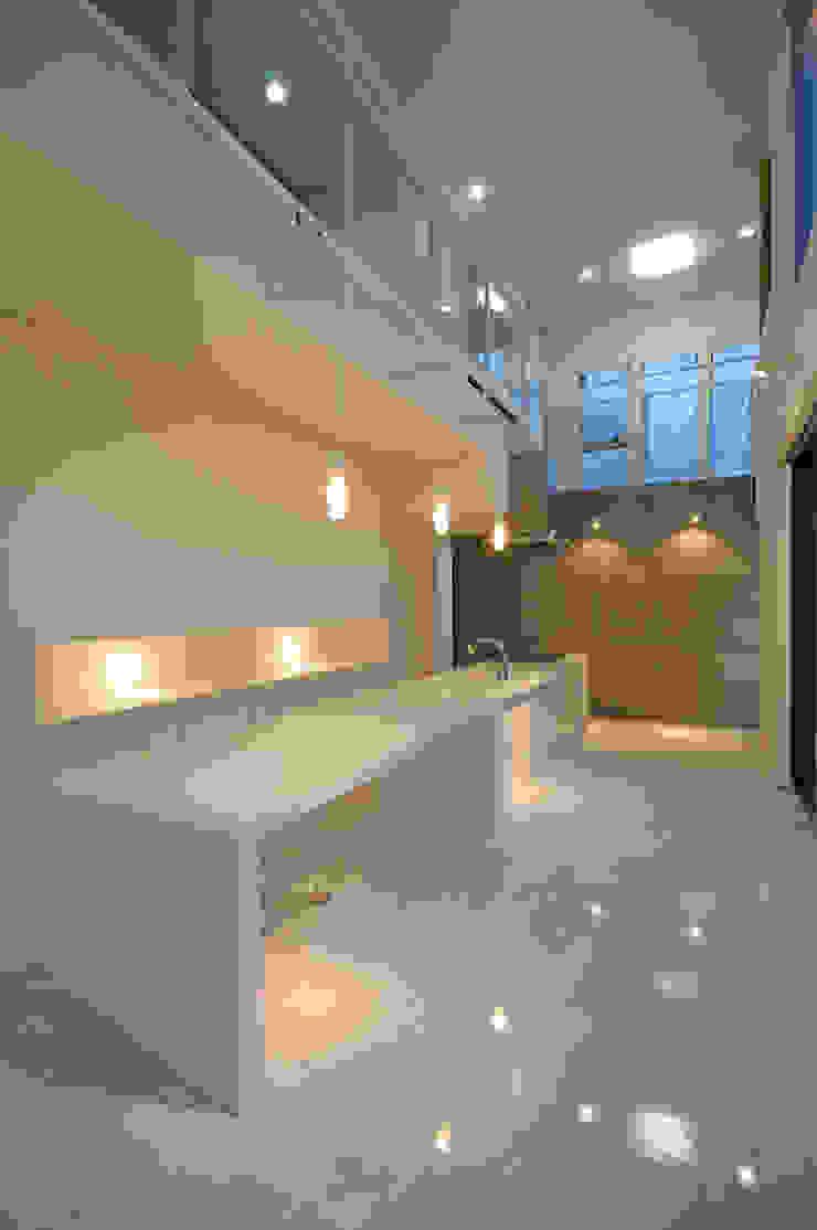 White Composition モダンデザインの ダイニング の 一級建築士事務所 AXIS モダン