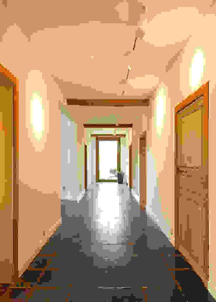 Flowers Moderne gangen, hallen & trappenhuizen van FilipTackdesignoffice Modern