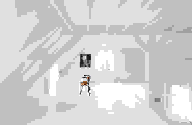 Paredes y pisos modernos de FilipTackdesignoffice Moderno