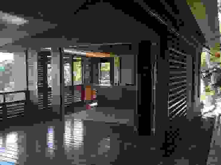 GANNE house - living room/kitchen Salon tropical par STUDY CASE sas d'Architecture Tropical