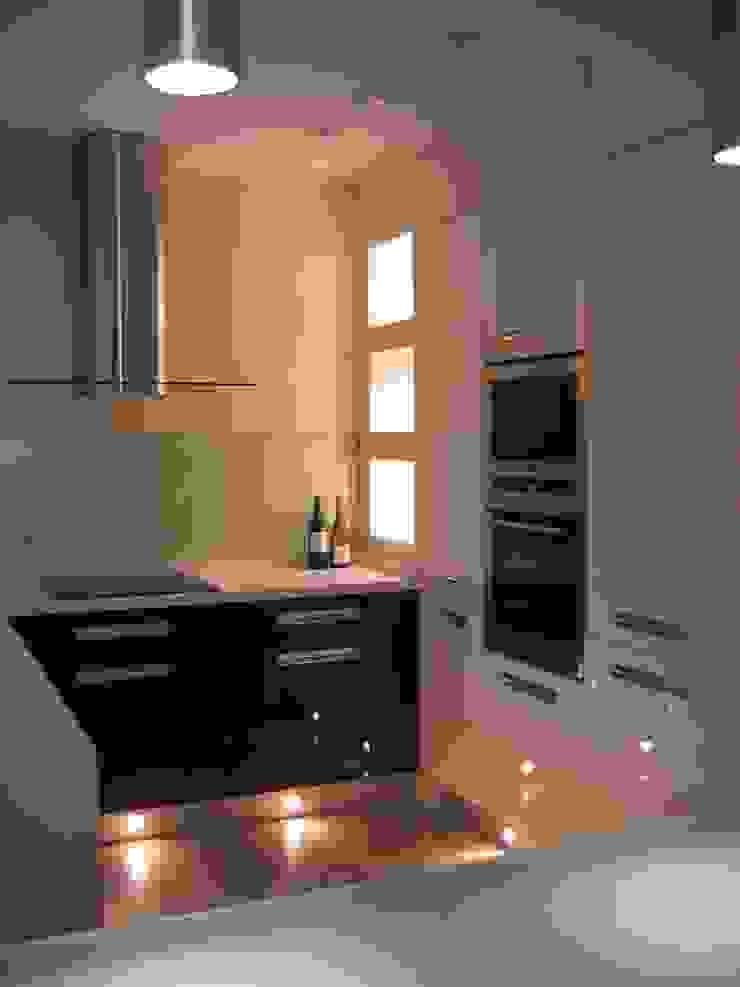 mieszkanie 02 Nowoczesna kuchnia od ARTEFEKT Nowoczesny