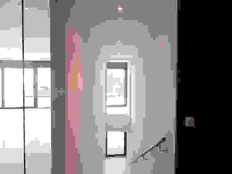 Doorzicht vanuit de entreehal Moderne gangen, hallen & trappenhuizen van Hamers Arquitectura Modern