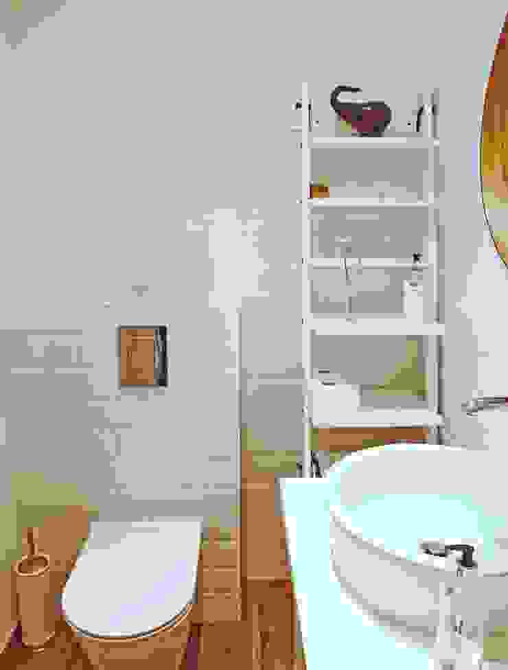 mała biała łazienka gościnna w szafie – projekt i realizacja Anyform Skandynawska łazienka od anyform Skandynawski