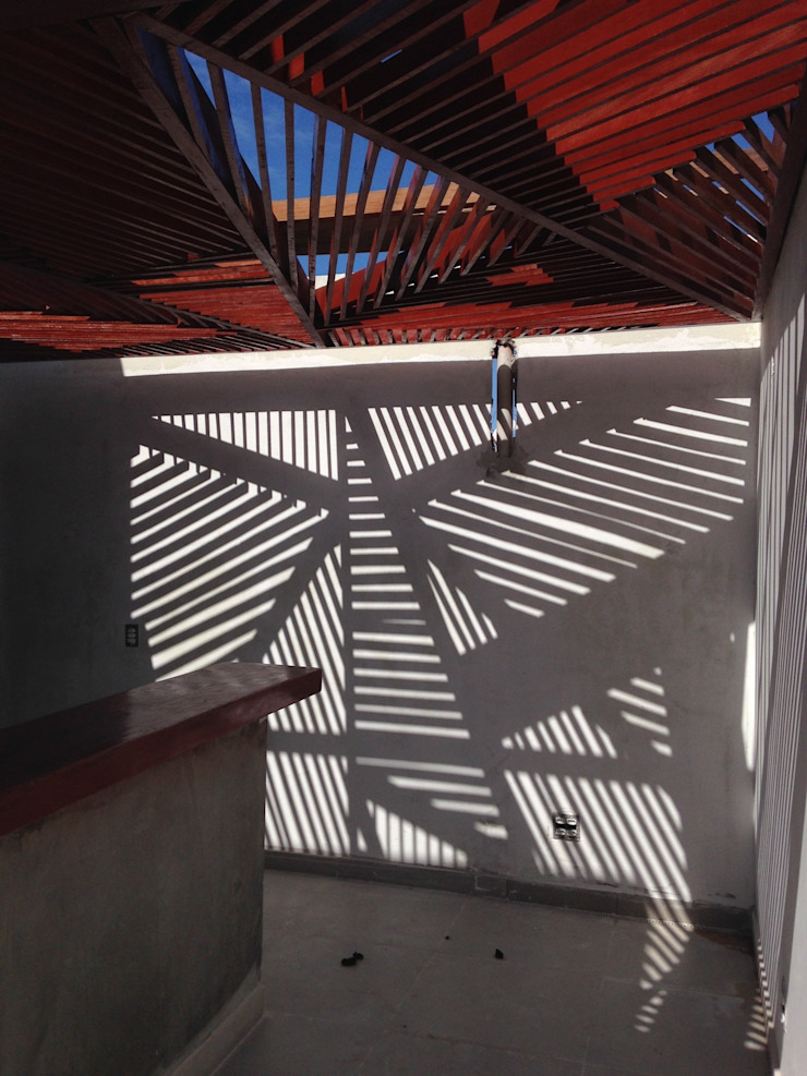 Pérgola Árvore e sua sombra Varandas, alpendres e terraços modernos por Raquel Pelosi Arquitetura e Design Visual Moderno