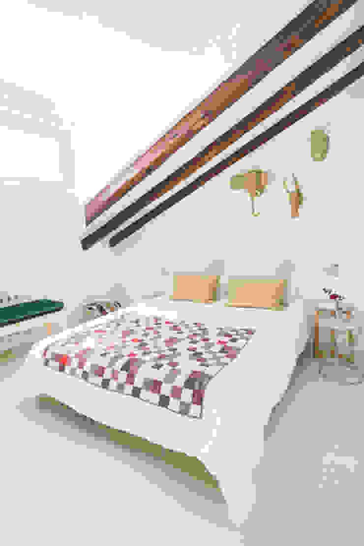 Buhardilla zona Malasaña, Madrid 2015 Dormitorios de estilo mediterráneo de nimú equipo de diseño Mediterráneo