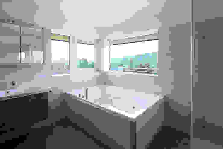 Sanierung und Erweiterung Wienerwaldhaus Minimalistische Badezimmer von wessely architektur Minimalistisch