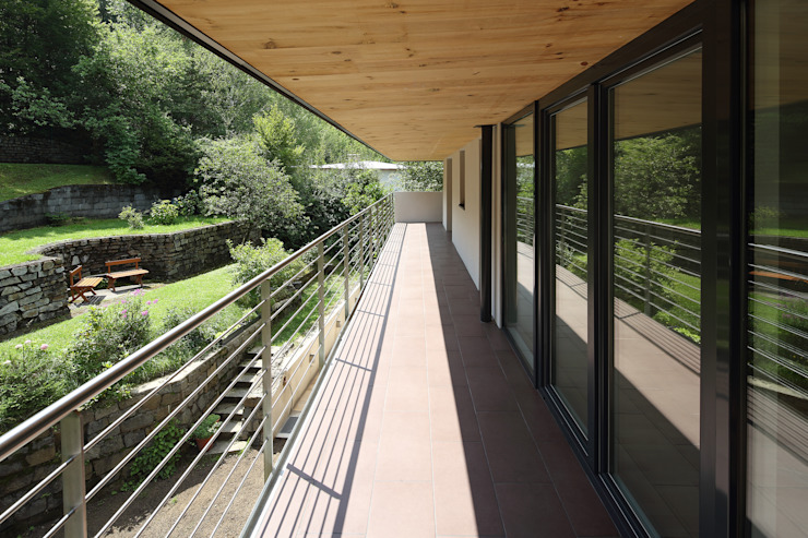 Sanierung und Erweiterung Wienerwaldhaus Minimalistischer Balkon, Veranda & Terrasse von wessely architektur Minimalistisch