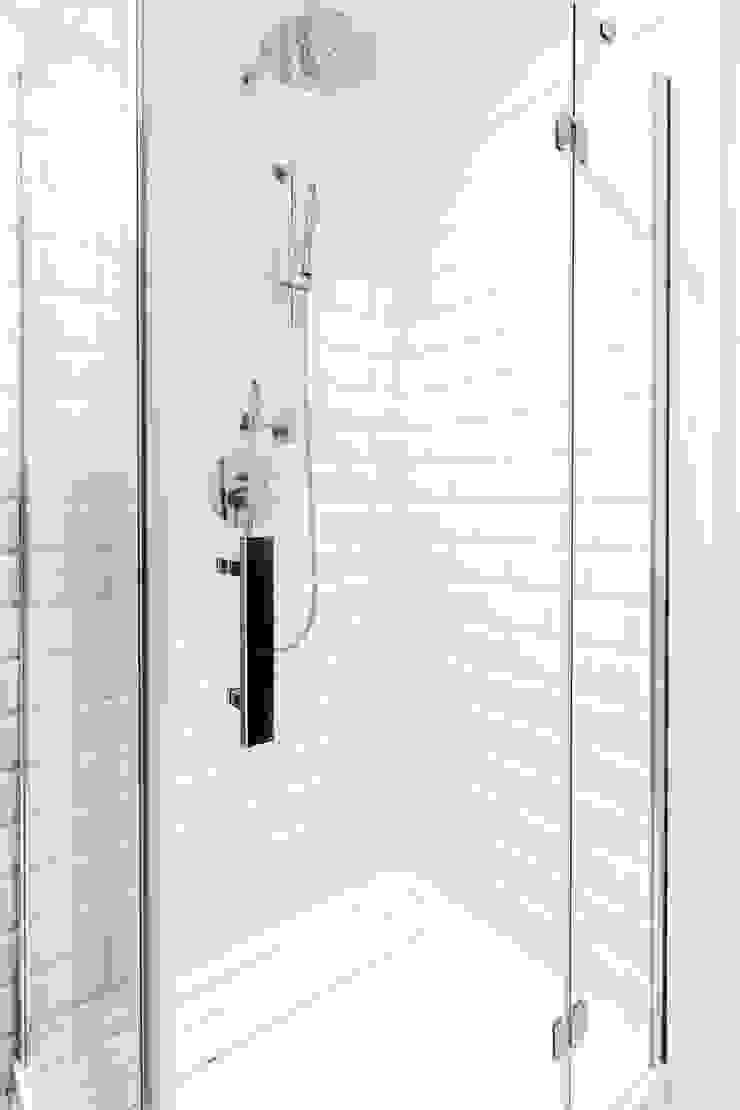 W stylu prowansalskim Śródziemnomorska łazienka od Decoroom Śródziemnomorski