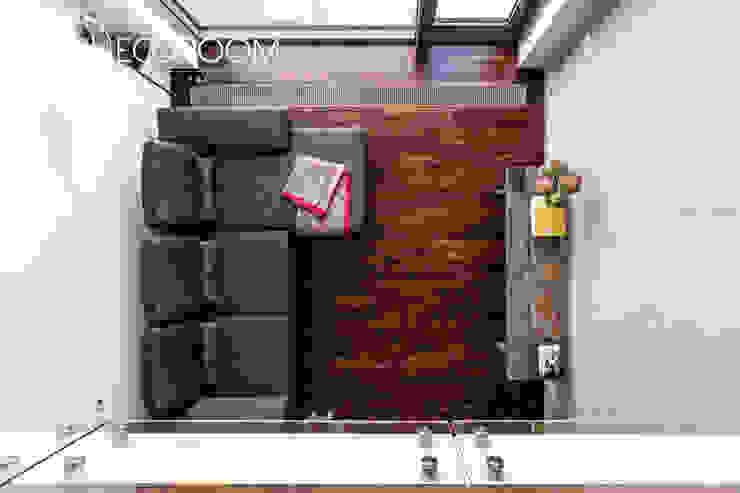Loft z intensywną czerwienią Industrialny salon od Decoroom Industrialny