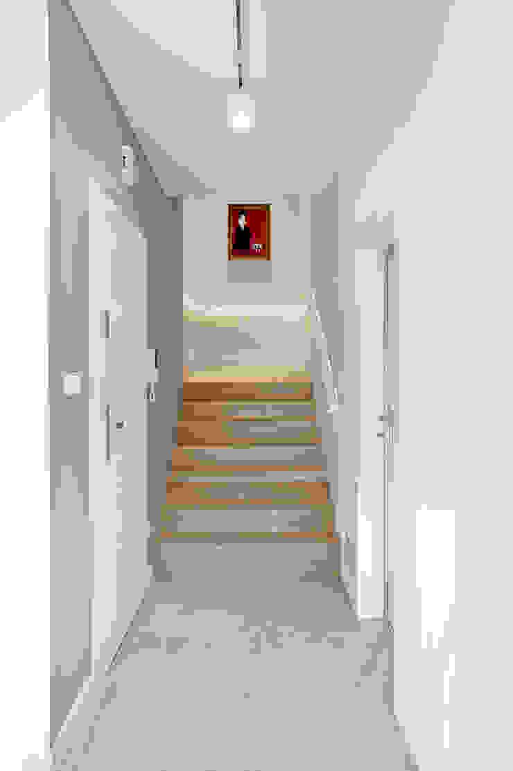 Minimalistycznie. Minimalistyczny korytarz, przedpokój i schody od 4ma projekt Minimalistyczny