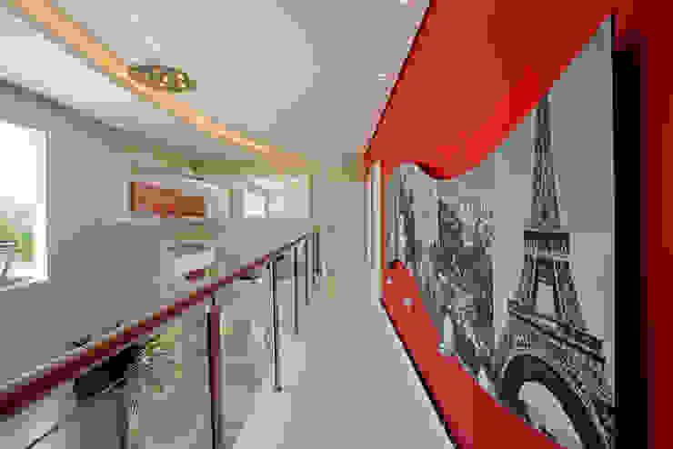 Designer de Interiores e Paisagista Iara Kílaris Pasillos, vestíbulos y escaleras de estilo moderno