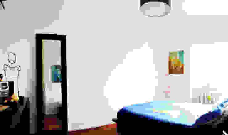 Open space e colore per una giovane famiglia Camera da letto moderna di Archgallery Moderno