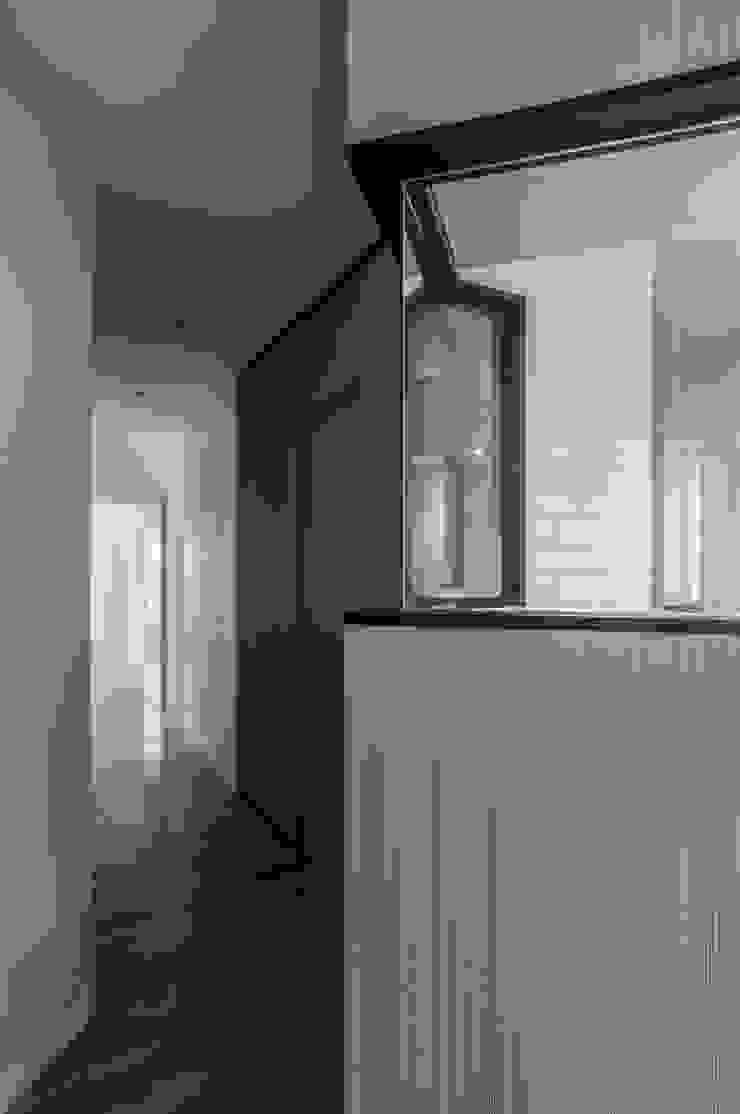 VIVIENDA LAC Pasillos, vestíbulos y escaleras de estilo moderno de estudio551 Moderno