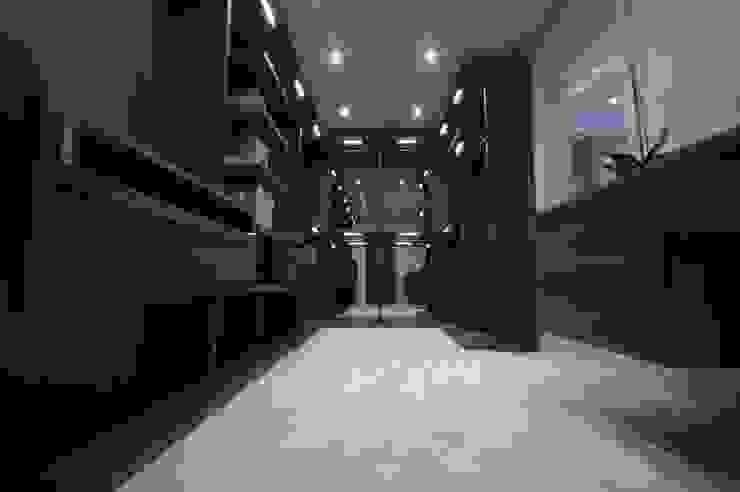 Bespoke walk in dressing room using mirrored backs Lamco Design LTD DressingArmoires et commodes
