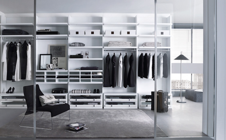 White walk in wardrobe de Lamco Design LTD Moderno
