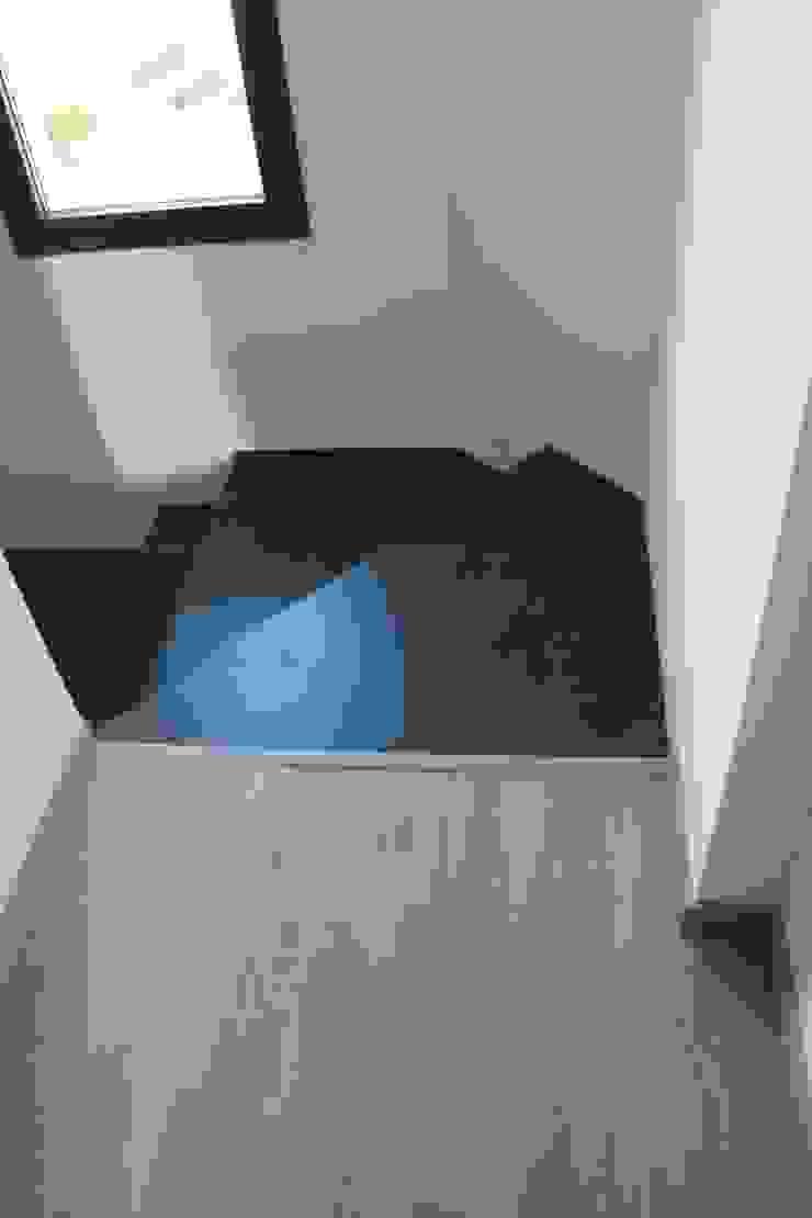 Alcazar Construcciones Modern corridor, hallway & stairs