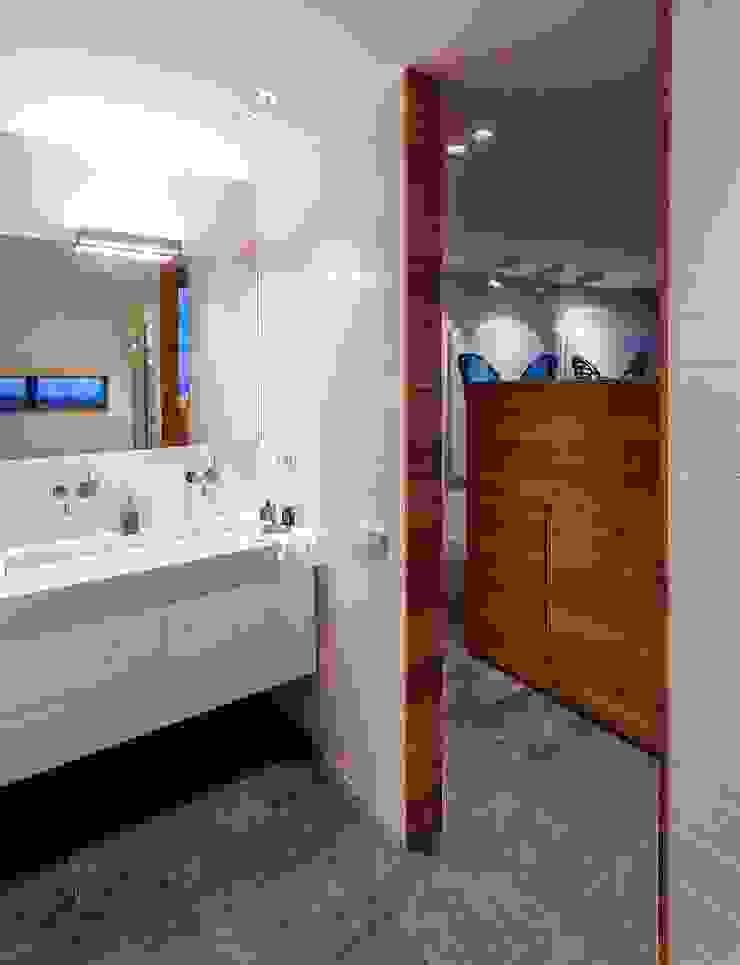 Zonas húmedas, la belleza de la sencillez. Baños de estilo moderno de VelezCarrascoArquitecto VCArq Moderno