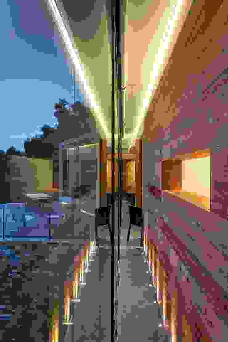Iluminación interior espectacular. Puertas y ventanas de estilo moderno de VelezCarrascoArquitecto VCArq Moderno