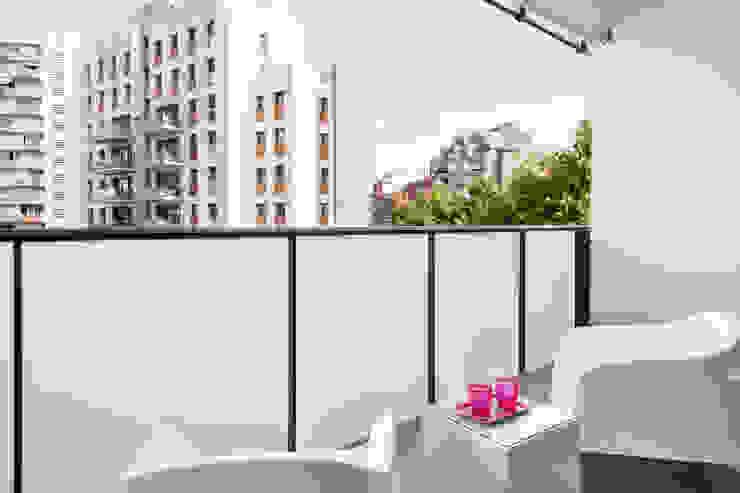 DECORACION DE PISO TURISTICO EN DIAGONAL MAR by JUDITH FARRAN de HOMED ECO Balcones y terrazas de estilo minimalista de Home Deco Decoración Minimalista