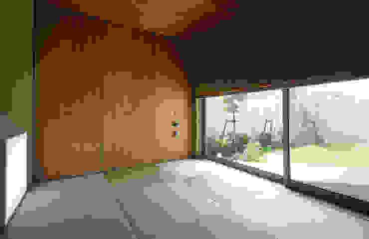 Salas de entretenimiento de estilo moderno de 福田康紀建築計画 Moderno