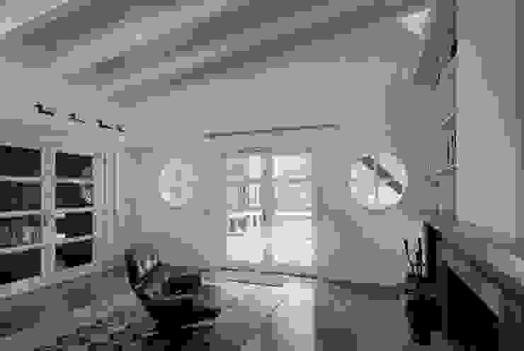 軽井沢Y山荘リビングルームからテラスを見る オリジナルデザインの リビング の homify オリジナル