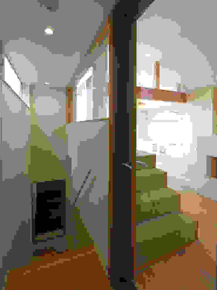福田康紀建築計画 Pasillos, vestíbulos y escaleras modernos