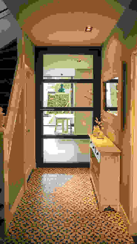 ห้องโถงทางเดินและบันไดสมัยใหม่ โดย Joep van Os Architectenbureau โมเดิร์น