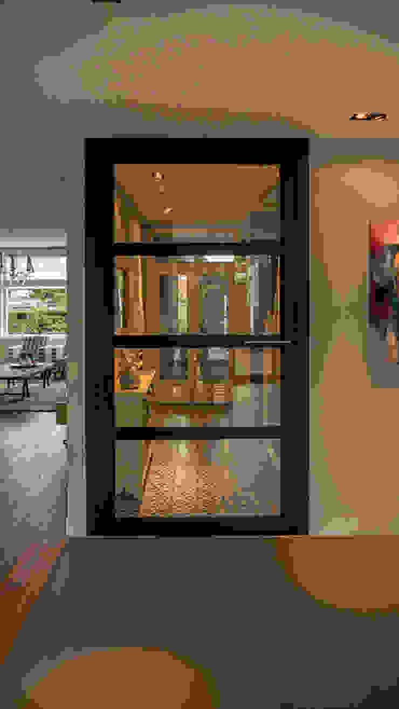 Aanbouw en renovatie van 2-onder-1-kapper met ruime woonkeuken met kookeiland, gietvloer en luxe aluminium vouwschuifpui: modern  door Joep van Os Architectenbureau, Modern