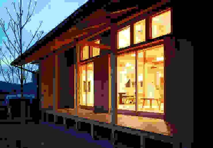 暖かな明りに包まれた室内 オリジナルな 家 の 芦田成人建築設計事務所 オリジナル