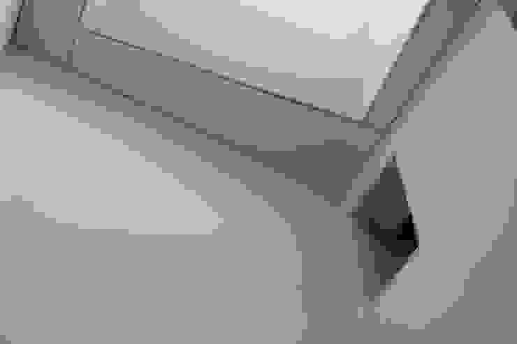 Lucernario escalera Pasillos, vestíbulos y escaleras de estilo minimalista de 2c arquitectos Minimalista