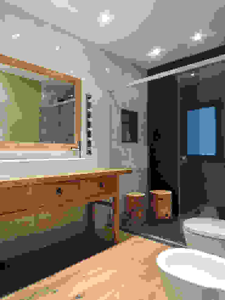 Baño principal Baños de estilo moderno de B-mice Design + Architecture Moderno