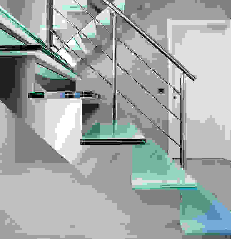 Inox trap met glazen treden en dubbel bordes: modern  door YBIS, Modern