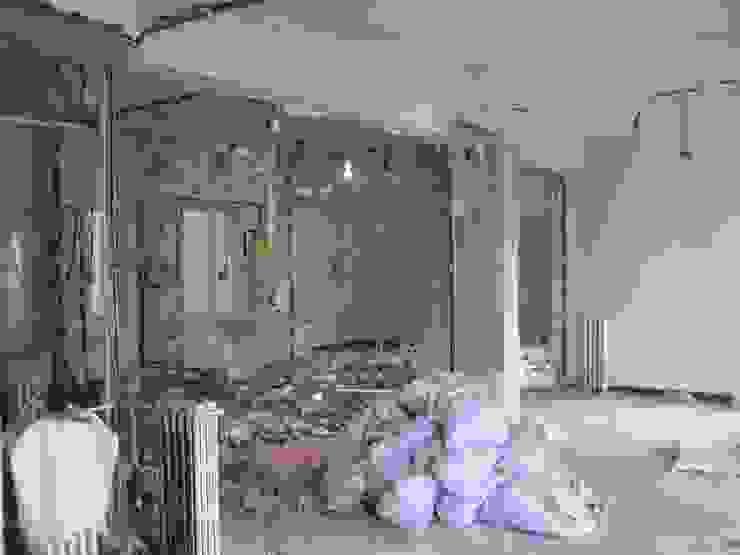 Demolición antes de la reforma de B-mice Design + Architecture Moderno