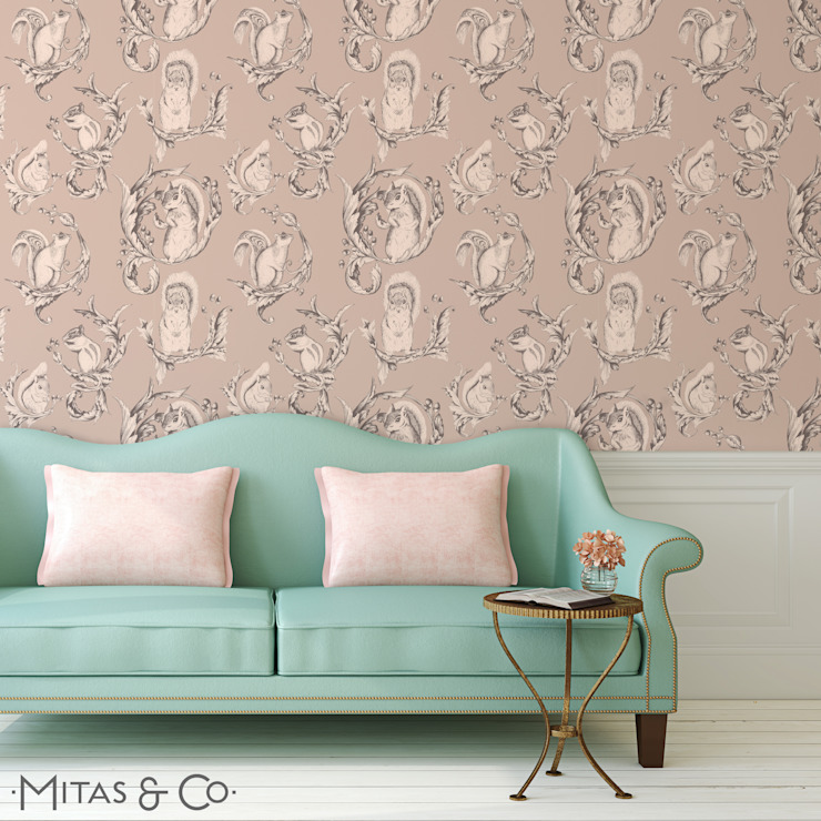 Squirrel Pose Wallpaper in Soft Sorbet por Mitas & Co. Wallpapers & Textiles Clássico